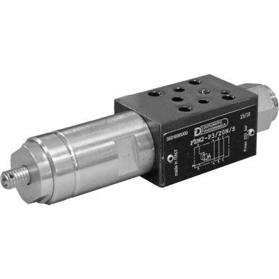 ISO 4401-02 p max 320 bar Q max 20 l/min Közvetlen vezérlésű nyomáscsökkentő közlep CETOP 02 A PZM2 alaphelyzetben nyitott szelep. A hidraulika folyadék szabadon áramlok a P ágban. Amikor a P ágban a nyomás eléri a rugóval beállított értéket, akkor a szelep nyit és elmenő ágon elengedi a többletet míg a nyomás visszaesik a beállított értékre. Konstrukciójának köszönhetően jól szabályozható, minimális résolajjal. Belső résolaj elvezetéssel rendelkezik.