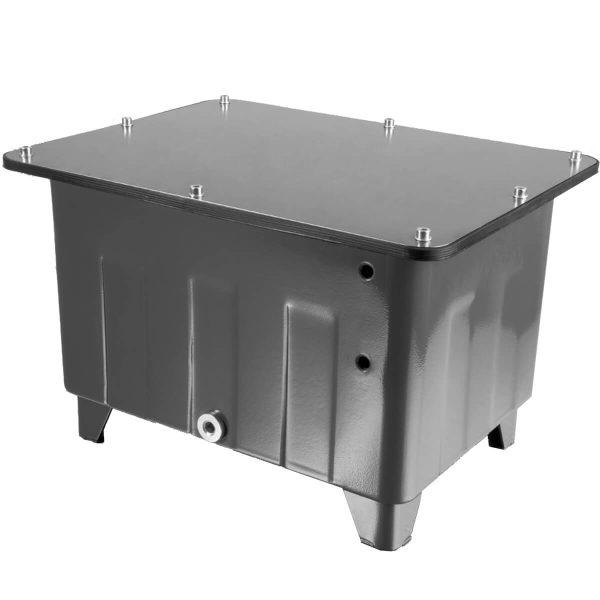 Mélyhúzásos technológiával készült hegesztés nélküli tartályok Stabil, hegesztés nélküli szerkezet Az alacsony súly minimalizálja a szállítási költségeket Epoxi porbevonat RAL 7011-ben (vasszürke) magas szintű felületvédelem és esztétikus kinézet Tartalmazza: NBR fedél tömítést, kezeletlen acél fedelet, leeresztő dugót, hegesztett acél lábakat, furatok előkészítve a szintjelzőhöz Kérésre egyedileg megmunkáljuk a tartály fedeleket Kialakításánál fogva jó rezgéscsillapító tulajdonságokkal rendelkezik Rövid szállítási határidővel érhetőek el: WLST-6-12-25-40-70-100-160-250